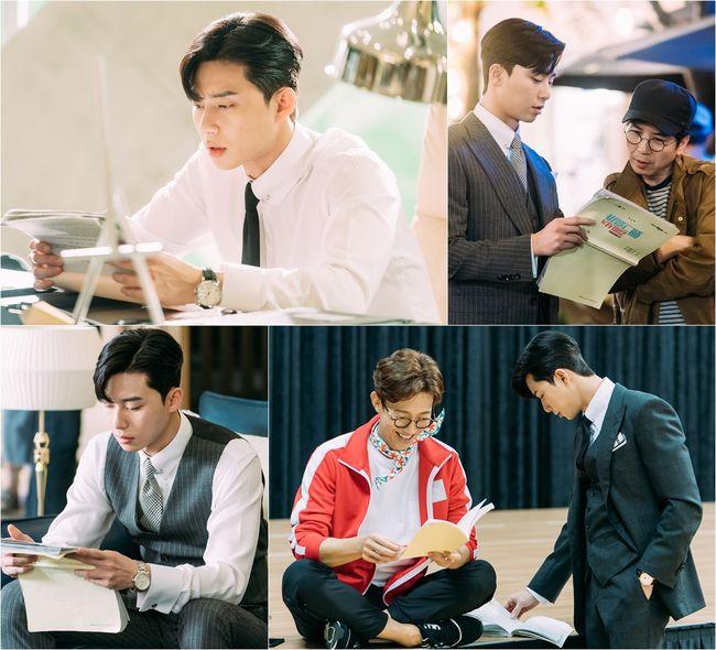 Park Seo Joon chỉ ngồi yên chăm chú đọc kịch bản lại có thể cuốn hút đến thế !