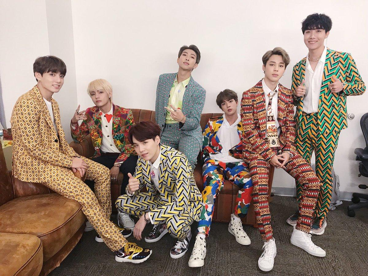 BTS memang nggak pernah takut untuk mencoba pakaian yang warna-warni (dok. Soompi)