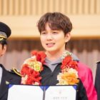 "Yoo Seung Ho Awkwardly Receives Award In ""My Strange Hero"""