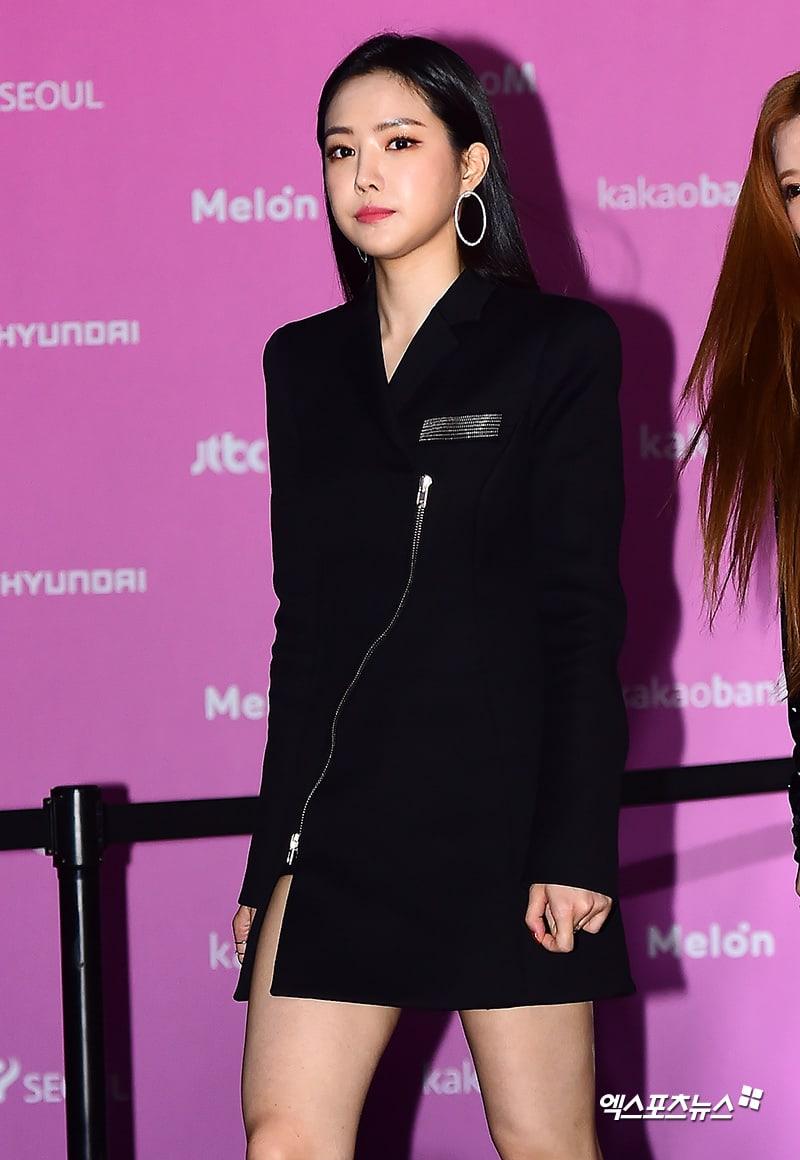 Estrellas iluminan la alfombra roja con sus looks en los 2018 Melon Music Awards 112
