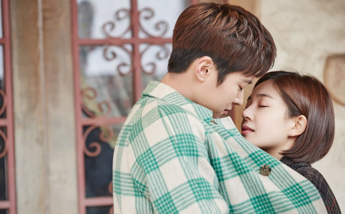 Gong Myung And Baek Jin Hee Share Romantic Kiss At Amusement Park On