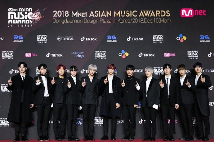 Wanna One berhasil membawa pulang piala (dok. Xsportsnews)