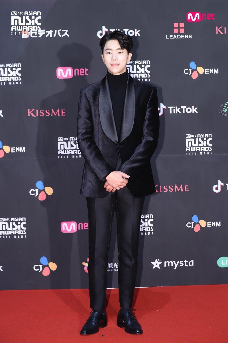 Estrellas deslumbran en la alfombra roja de los 2018 MAMA Fans' Choice en Japón 13