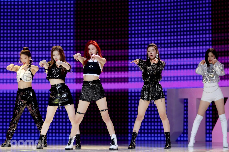 ITZY sejak sebelum debut selalu dibandingkan dengan girl group senior seperti Blackpink hingga 4Minute (dok. Soompi)