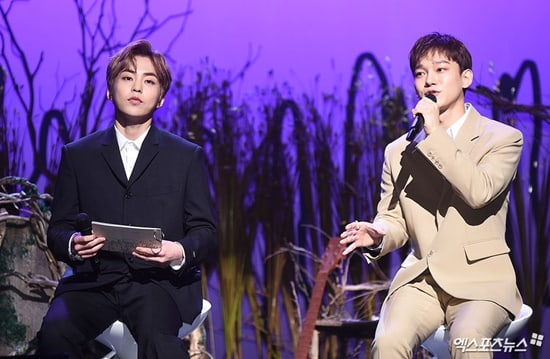 Xiumin menemani Chen saat showcase album debut solonya (dok. Xsports News)