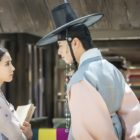 "Shin Se Kyung And ASTRO's Cha Eun Woo Size Each Other Up In ""Rookie Historian Goo Hae Ryung"""