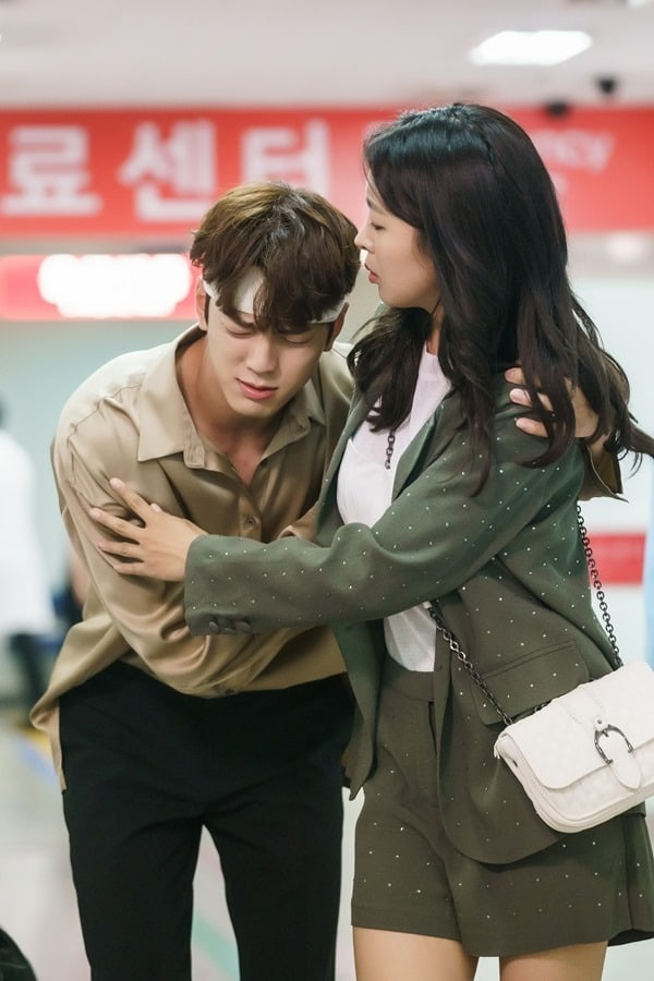 Kim Min Kyu Leans On Go Won Hee At The Emergency Room In