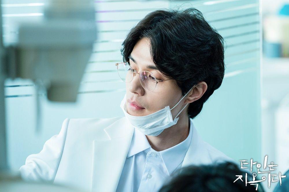 Seo Moon Jo yang diperankan oleh Lee Dong Wook di drama Strangers From Hell.