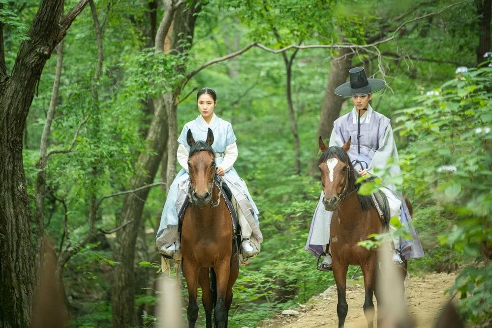 Shin SeKyung, Cha EunWoo trong những khung ảnh hậu trường tuyệt đẹp của Nhà sử học Goo HaeRyung ảnh 1