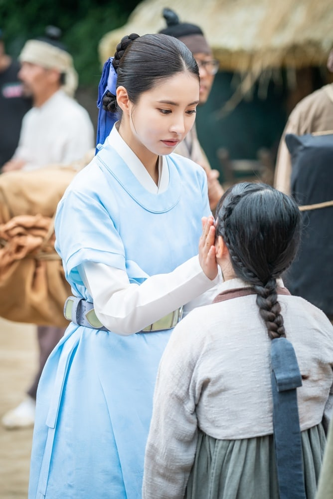 Shin SeKyung, Cha EunWoo trong những khung ảnh hậu trường tuyệt đẹp của Nhà sử học Goo HaeRyung ảnh 3
