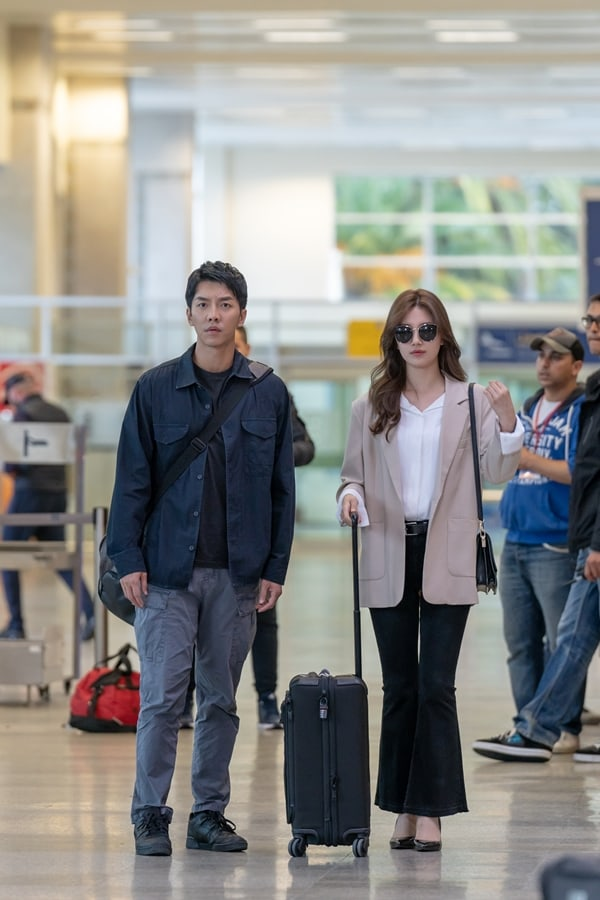 Lee Seung Gi And Suzy Show Their Contrasting Airport Fashion In