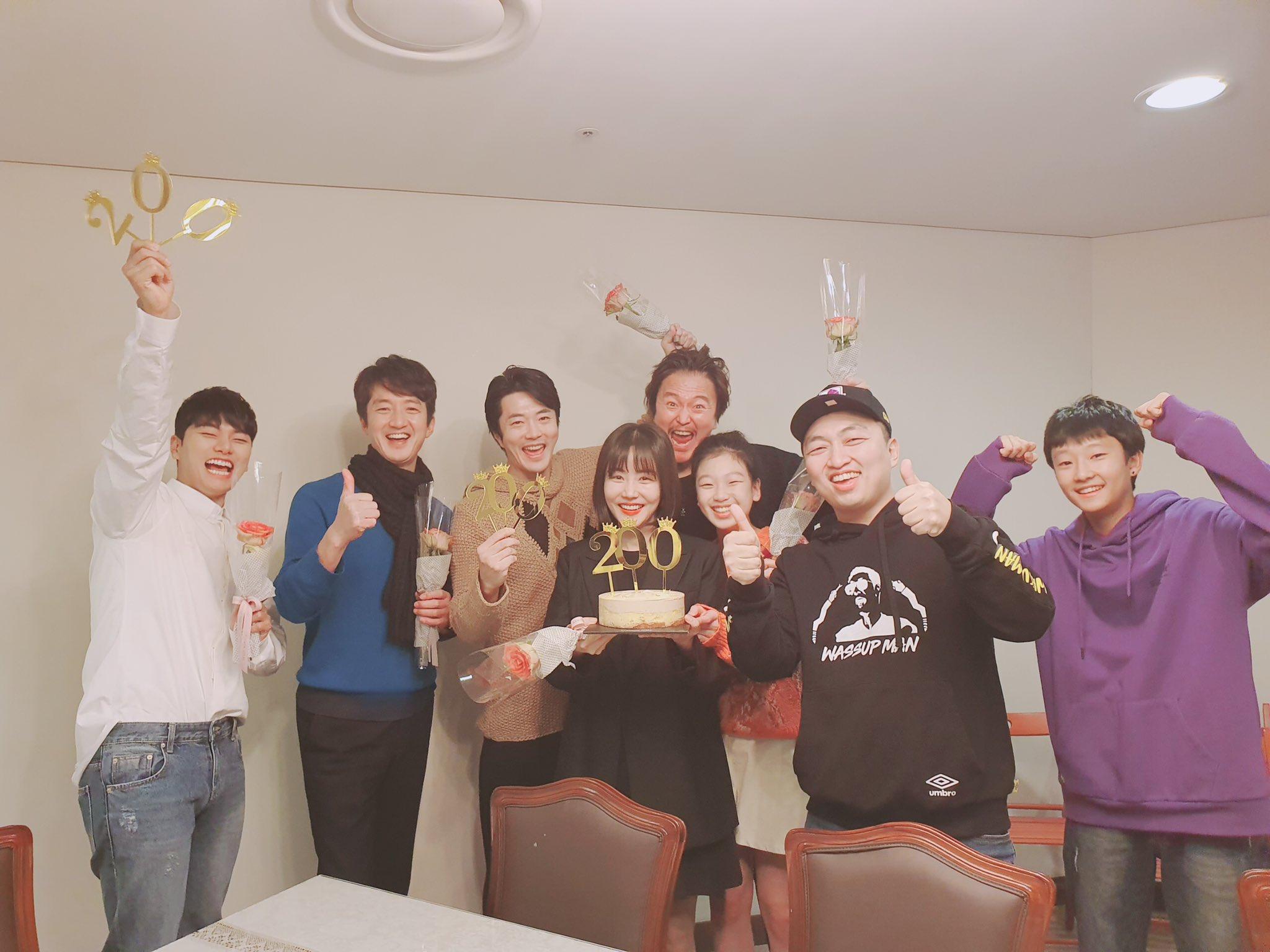 Sutradara dan pemeran Hitman: Agent Jun merayakan filmnya ditonton 2 juta orang.