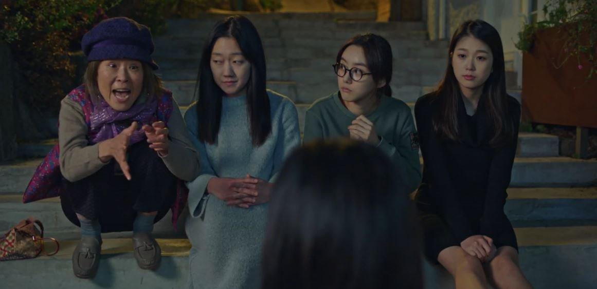 Goo Soo Jung (baju hitam) saat berperan menjadi hantu penasaran di Drakor Goblin