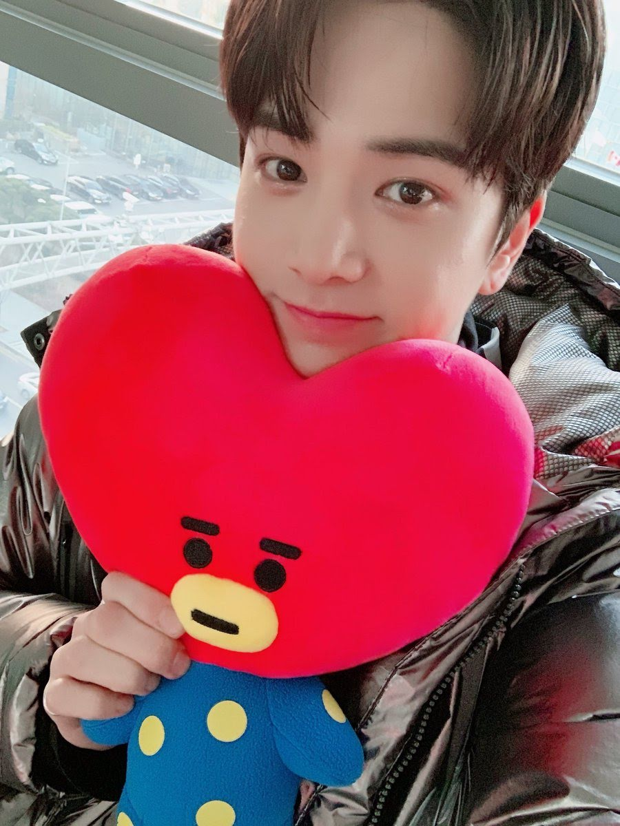Bts S V The Boyz S Younghoon Go Viral For Their Adorable Interaction At Music Bank Soompi