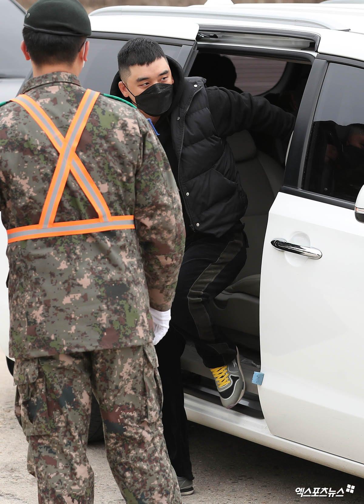Seungri eks BIGBANG turun dari kendaraannya.