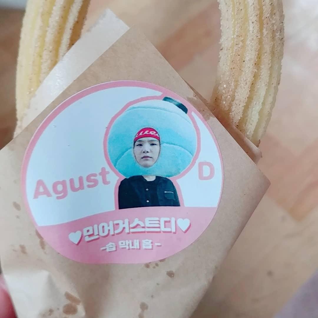 Makanan dengan pembungkus bergambar wajah Suga BTS