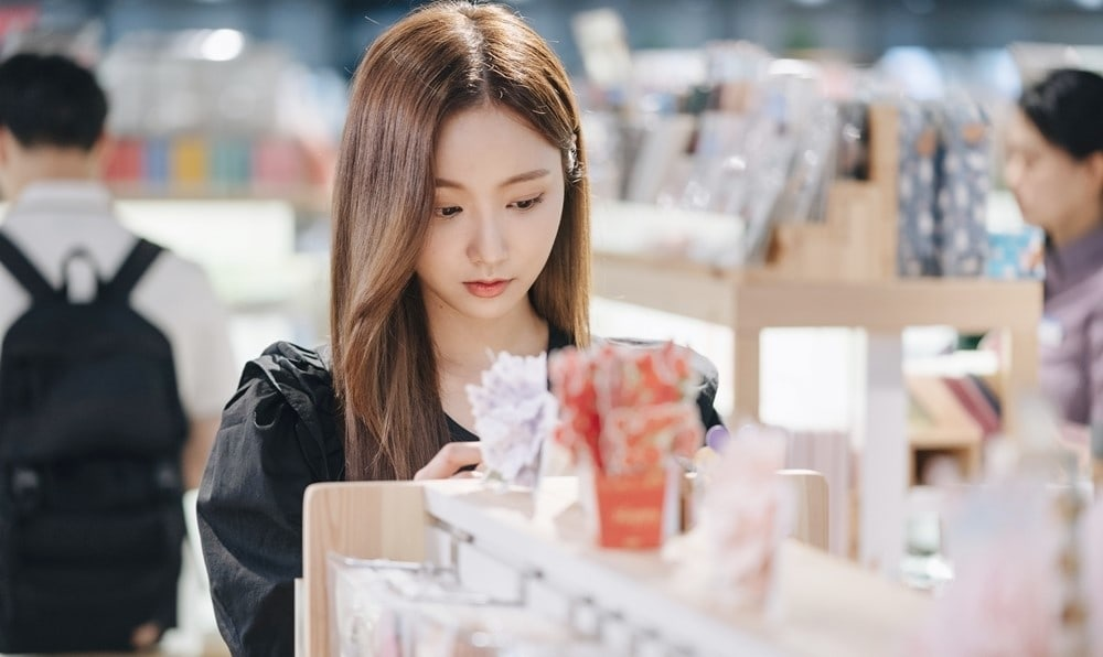 """Yeonwoo is a great art student in Jo Yeo Jeong and Go Joon's drama """"Cheat Me If You Can"""""""