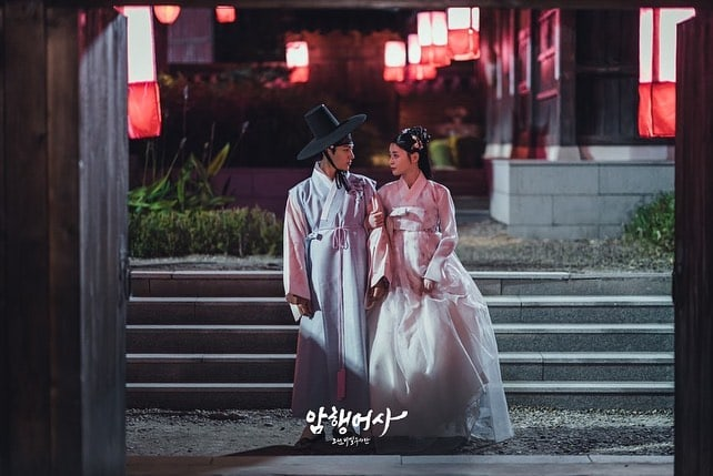 """""""Secret Royal Inspector"""": Kim Myung Soo and Kwon Nara walk arm in arm in new teasers"""