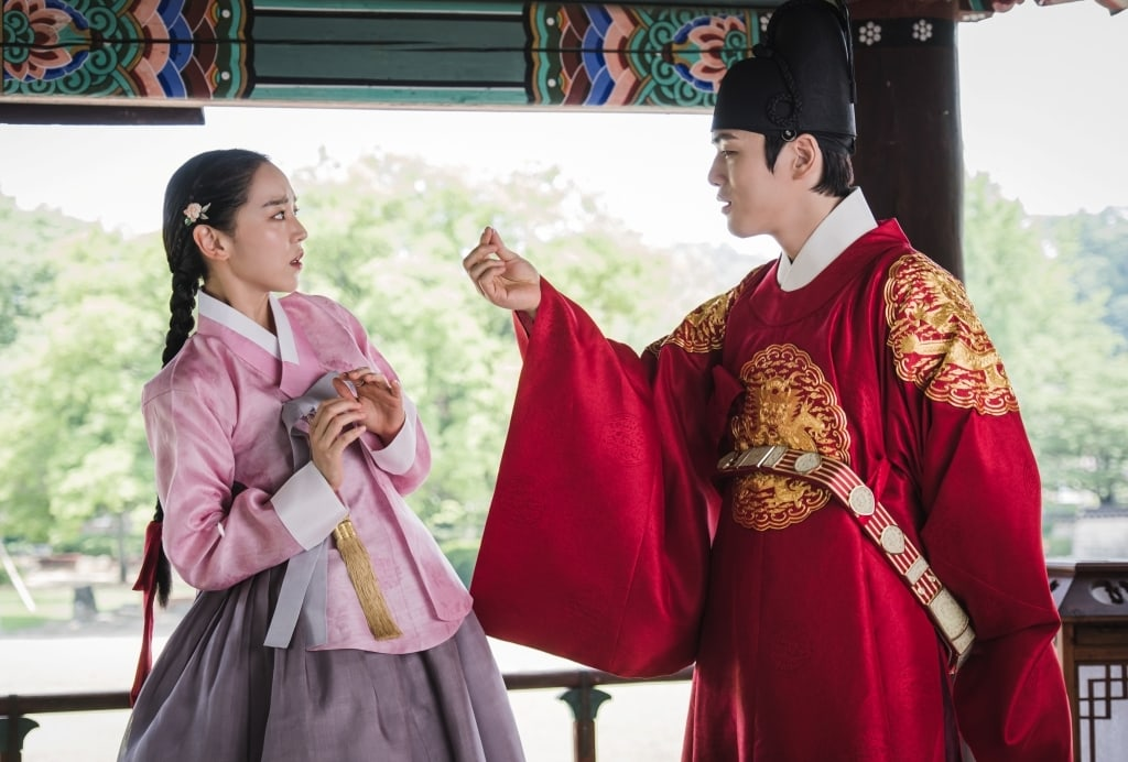 """Mr. Queen"" gives a glimpse into Shin Hye Sun and Kim Jung Hyun's entertaining chemistry as a royal couple"