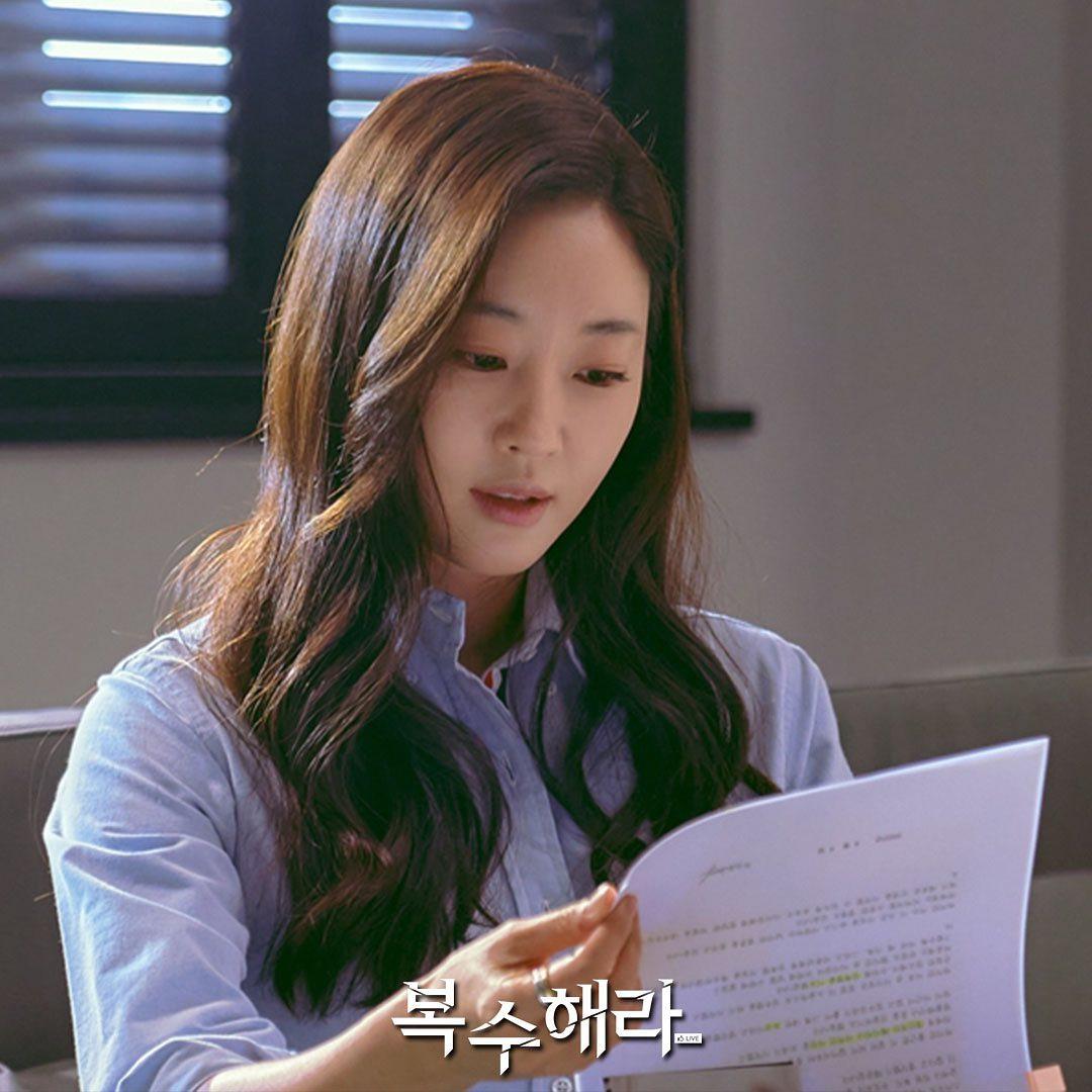 """""""The Goddess of Revenge"""": Yoon Hyun Min and Kim Sa Rang exchange icy looks"""