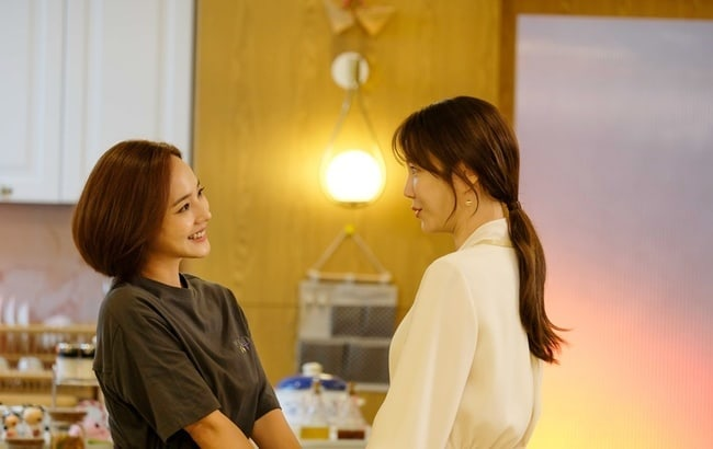 """The Penthouse"": Eugene invites Lee Ji Ah and celebrates"