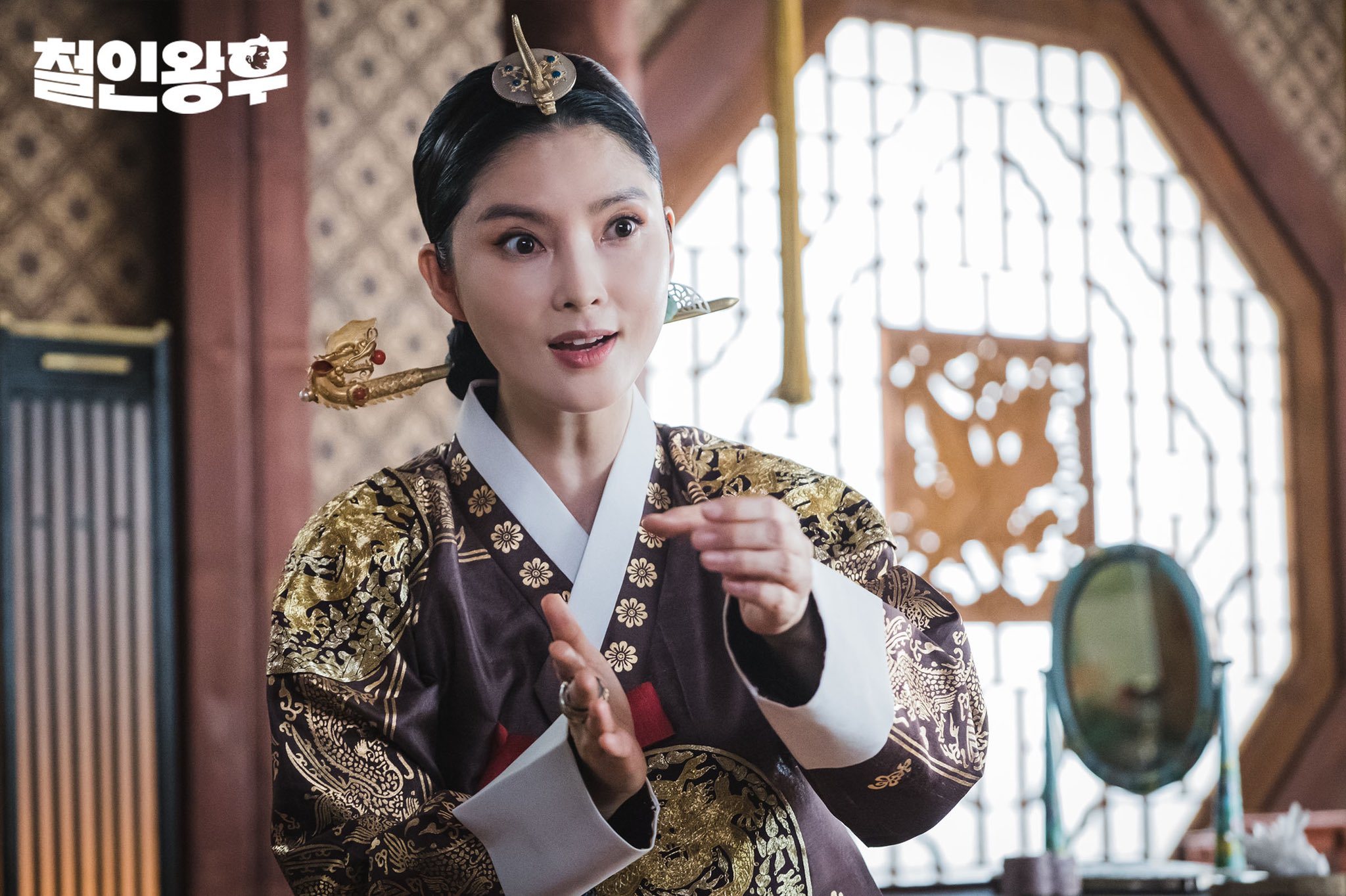 """Mr. Queen"": Bae Jong Ok is fascinated by Shin Hye Sun"
