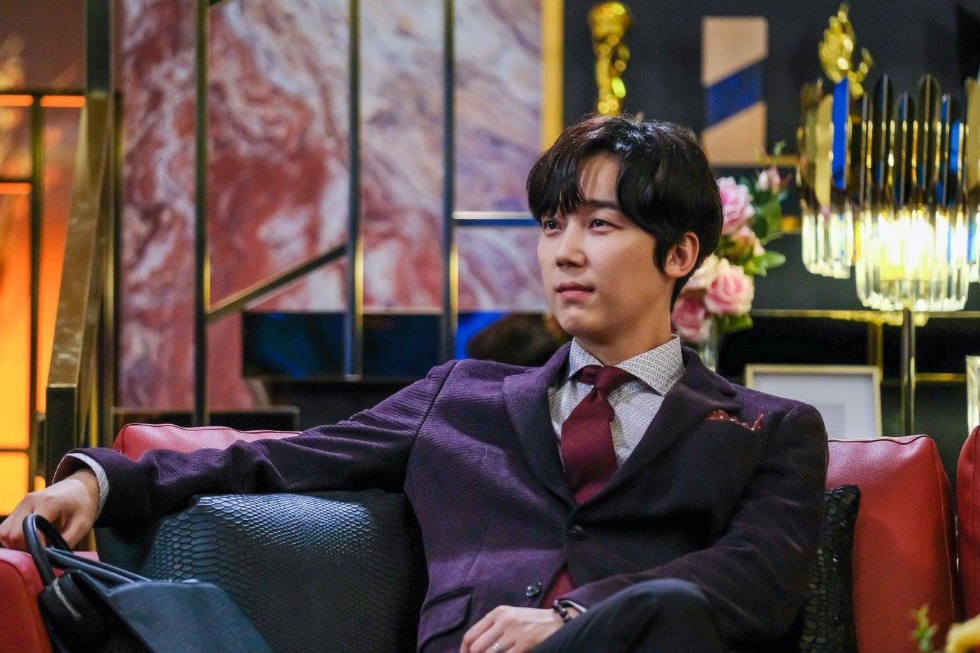 Yoon Jong Hoon saat berperan dalam drama The Penthouse.