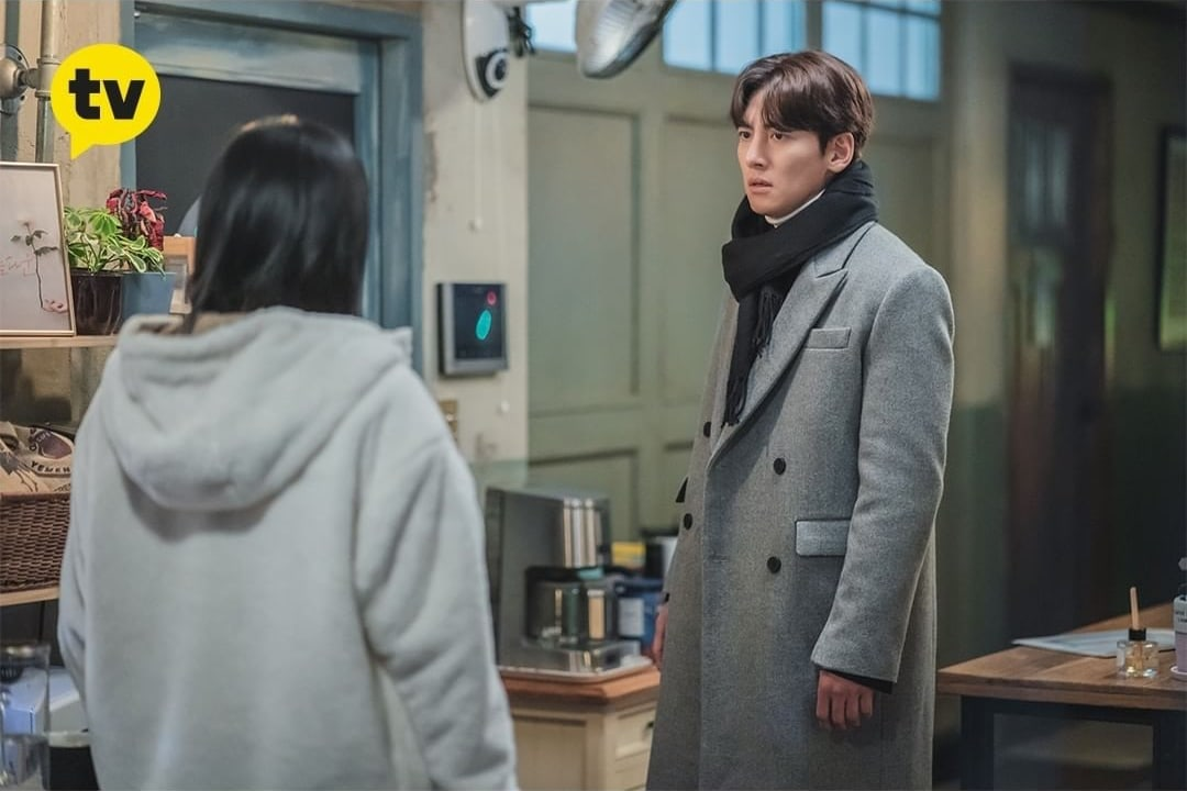 """""""Lovestruck In The City"""": Ji Chang Wook reacts coldly to Kim Ji Won's tears"""