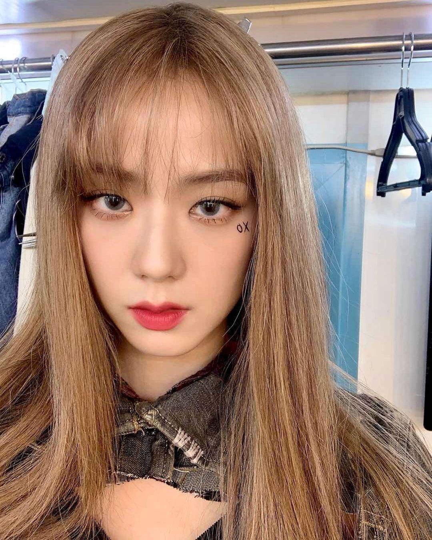BLACKPINK's Jisoo Surprises Fans By Revealing She's Now Blonde | Soompi