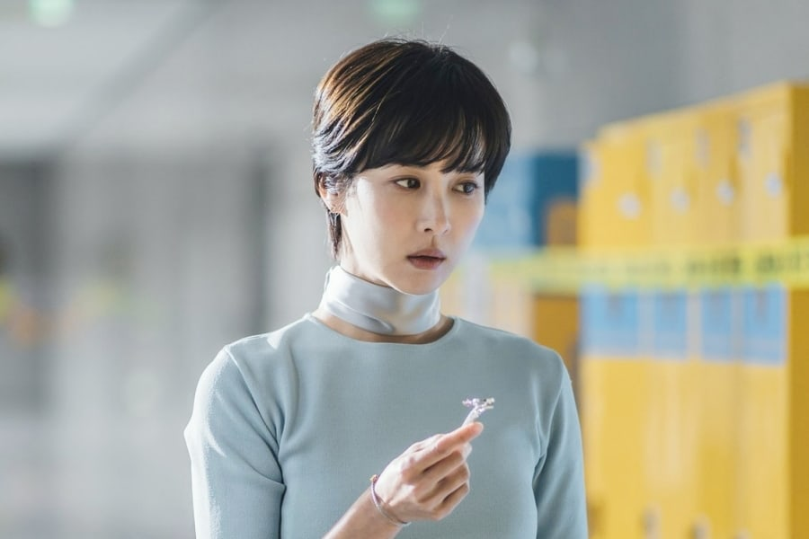 """Jo Yeo Jeong Hunts Down Culprit Who Trapped Her Son In """"High Class"""""""