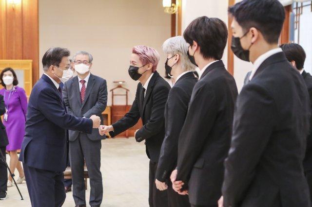 BTS visita al presidente Moon Jae In en la Casa Azul para la ceremonia de  nombramiento como enviados presidenciales especiales   Soompi
