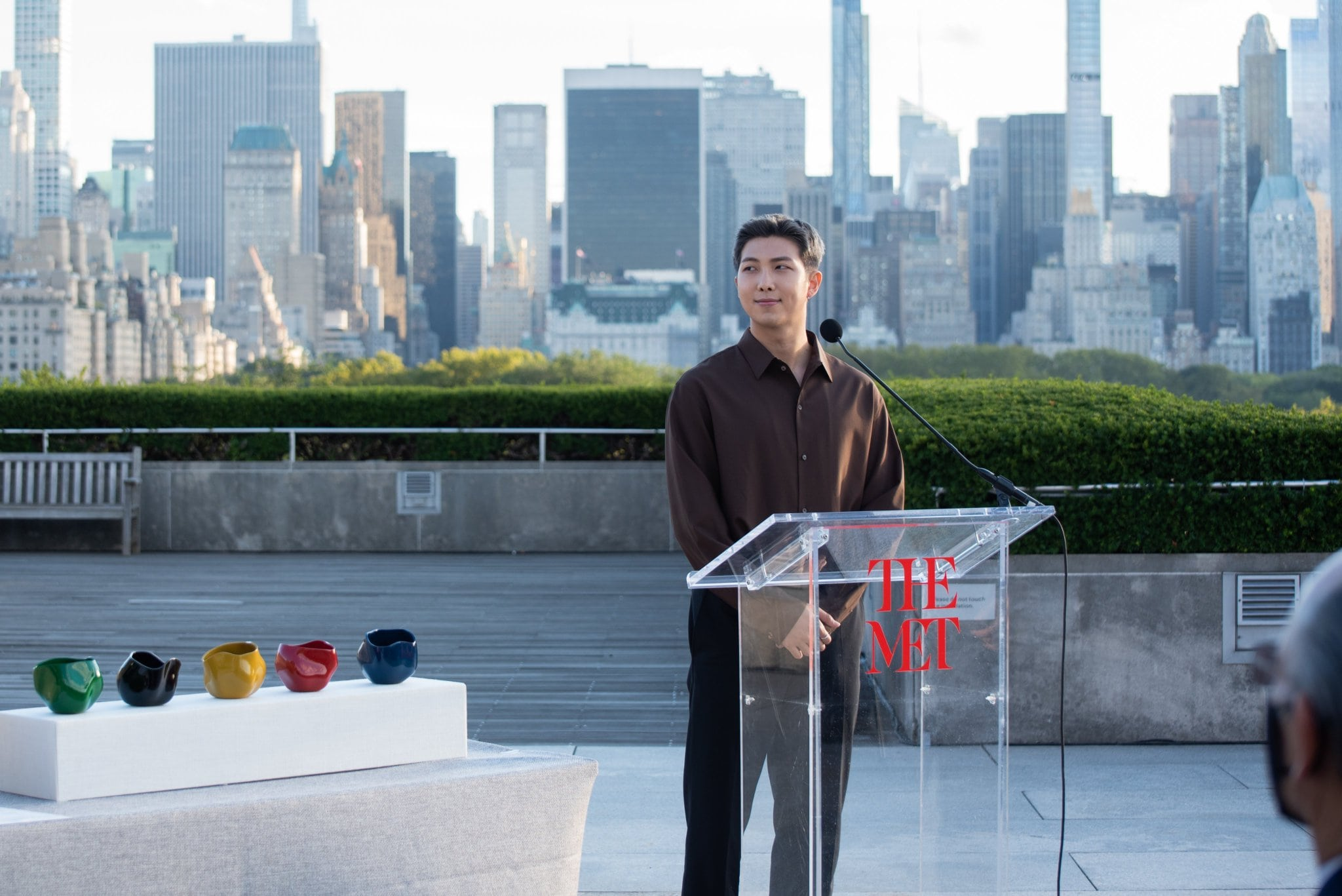 RM BTS memberikan pidato singkat tentang seni di depan para pejabat.