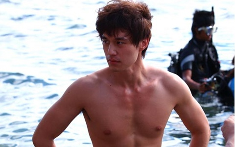 "Lee Dong Wook Bares Skin for ""Scent of a Woman"""