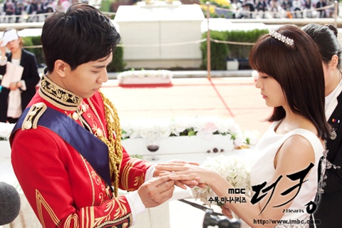 """""""The King 2hearts"""" Unveils Stills from the Royal Engagement"""