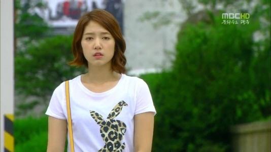 "Fashion Closet: Park Shin Hye's Stylish Animal Print T-shirts from ""Heartstrings"""