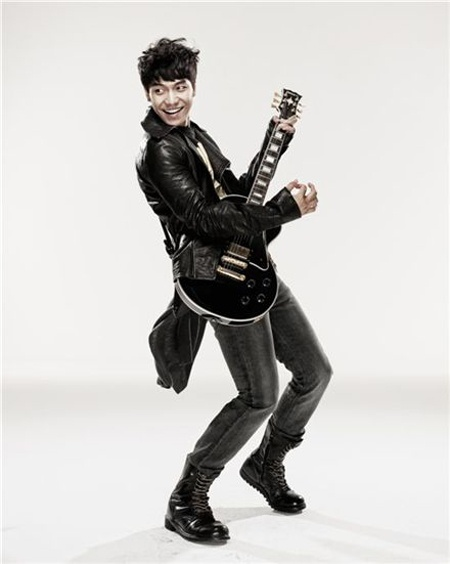 Lee Seung Gi to Hold Solo Concert This Weekend