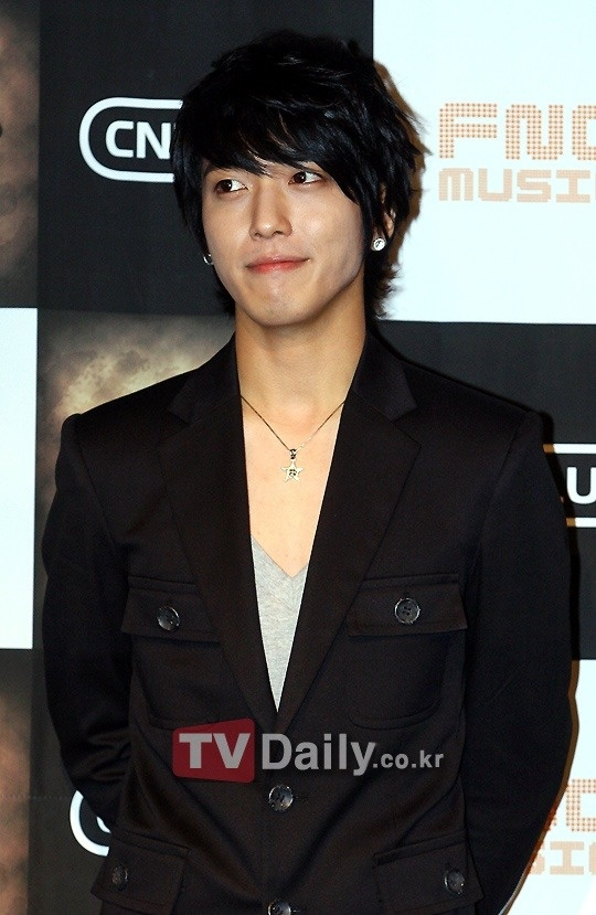 """""""Hello"""" MCs Could Not Stop Gawking at CNBlue's Jung Yong Hwa"""