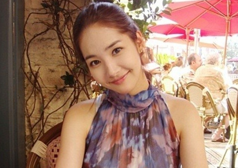 Park Min Young Sends Her Spring Greeting