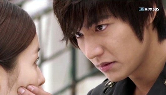 """""""City Hunter"""" Lee Min Ho Expresses Affection for Park Min Young Through Pororo Band-Aid!"""