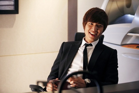 """Lee Min Ho's Surprise Gifts to """"City Hunter"""" Crew"""