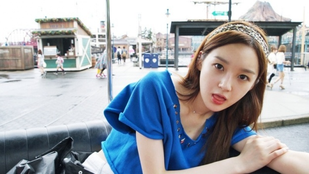 Kang Min Kyung Strains Her Back For Cosmetic Ad