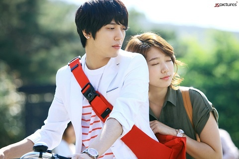 """""""Heartstrings"""" Teases with Jung Yong Hwa and Park Shin Hye's Campus Date"""