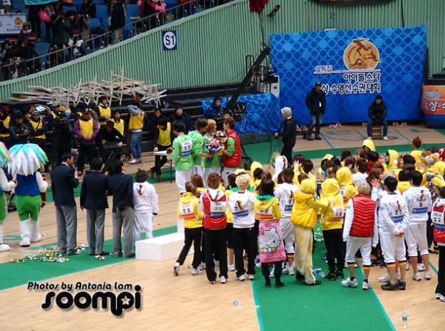 SHINee's Onew had a Bad Fall During the Idol Star Athletics Championship