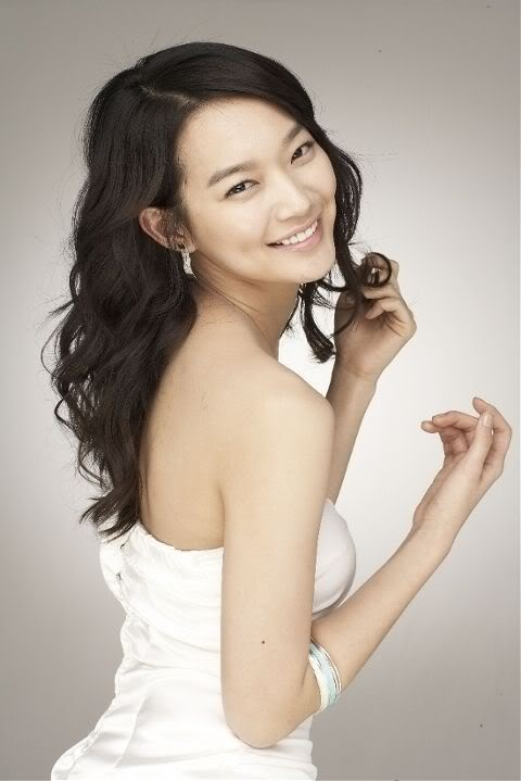 """Shin Min Ah's """"Behind-the-Scene"""" in the January Issue of Cosmopolitan"""