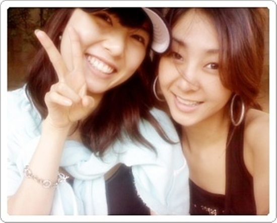 Sexy Icons G.NA and HyunA Hang Out at a Café