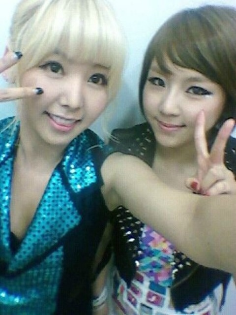 Jewelry's Yewon and After School's Raina Reveal a Cute Selca