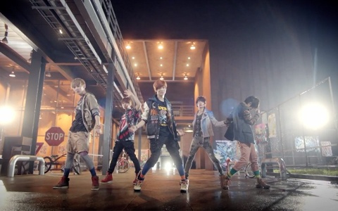 "SHINee Shows Off Their ""Replay"" Dance Ver. MV"