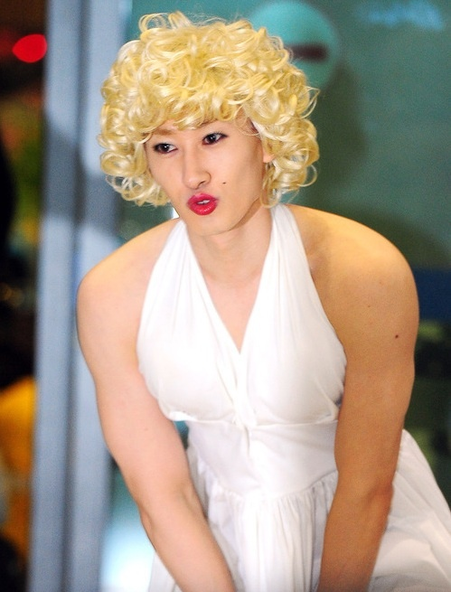 Super Junior's Eunhyuk Shows Up As Marilyn Monroe at the Airport!