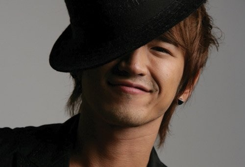 Shinhwa's Lee Min Woo Discharged from Active Duty