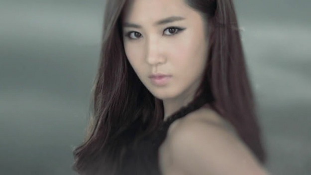 """Girls' Generation Yuri Gives Sweets to """"Fashion King"""" Crew in New York"""